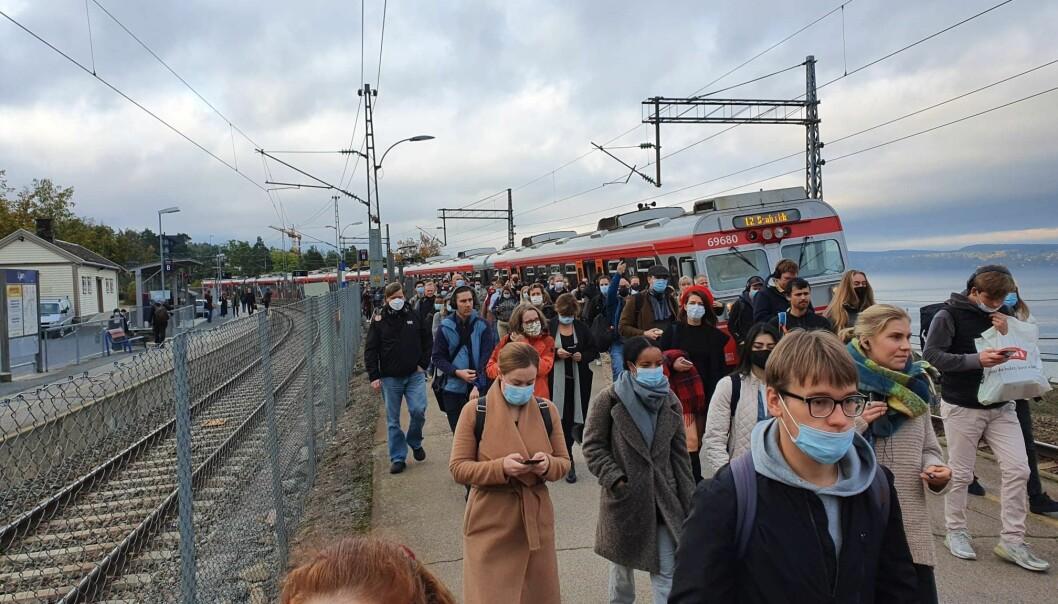Menneskemengde går av toget ved Ljan togstasjon.