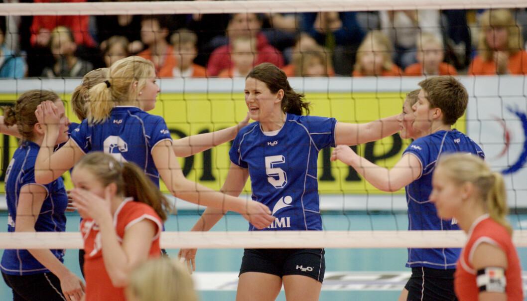 Koll ILs Maria Moen Storøy jubler under cupfinalen i volleyball i Domus Athletica på Sogn.