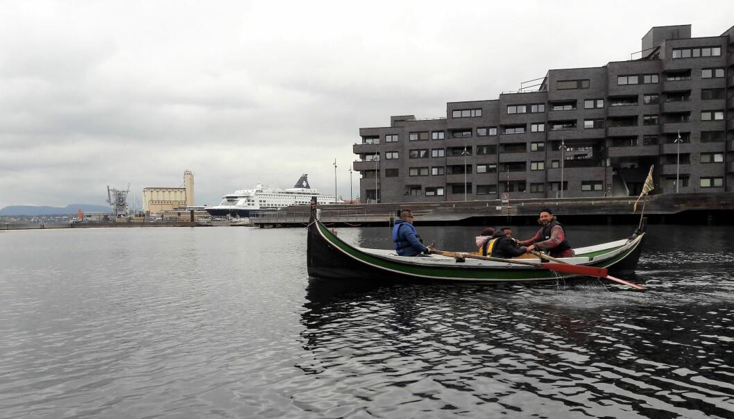 Marius Løkse, i svart redningsvest, lærer elever fra Vahl skole å ro. Toan Gjøystal Ngo fra AKS på Vahl sitter foran i båten på vei ut til Hovedøya
