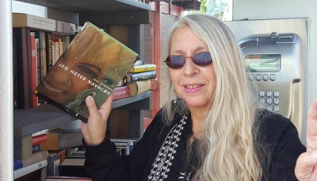 Tove Andersson donerer boka si Jeg heter navneløs til lesekiosken.