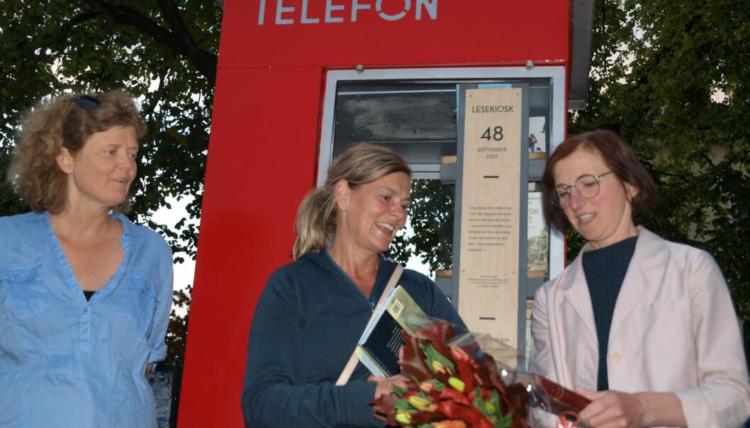 Fra åpningen: Hege Stensrud Høsøien fra Vålerenga Vel (til venstre), Kristin Brandtsegg Johansen fra Sigrid Undset Selskapet (i midten) og fadder Corinne Lyche, med bok og bukett.