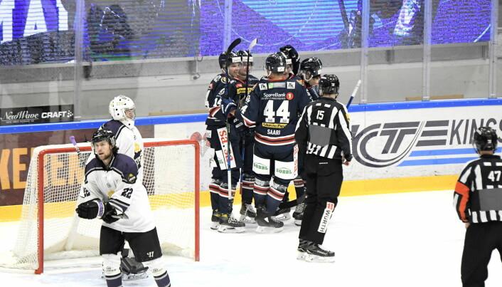 Sparta kan juble etter scoring, mens keeper Jesper Ekeberg og resten av Grüner-spillerne depper.