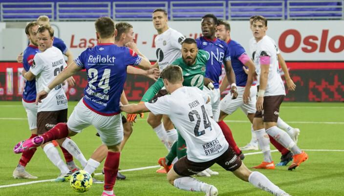 Vålerengas Vidar Örn Kjartansson i duell med Mjøndalens keeper Sosha Makani og Ole Amund Sveen under eliteseriekampen i fotball mellom Vålerenga og Mjøndalen på Intility Arena i Oslo.