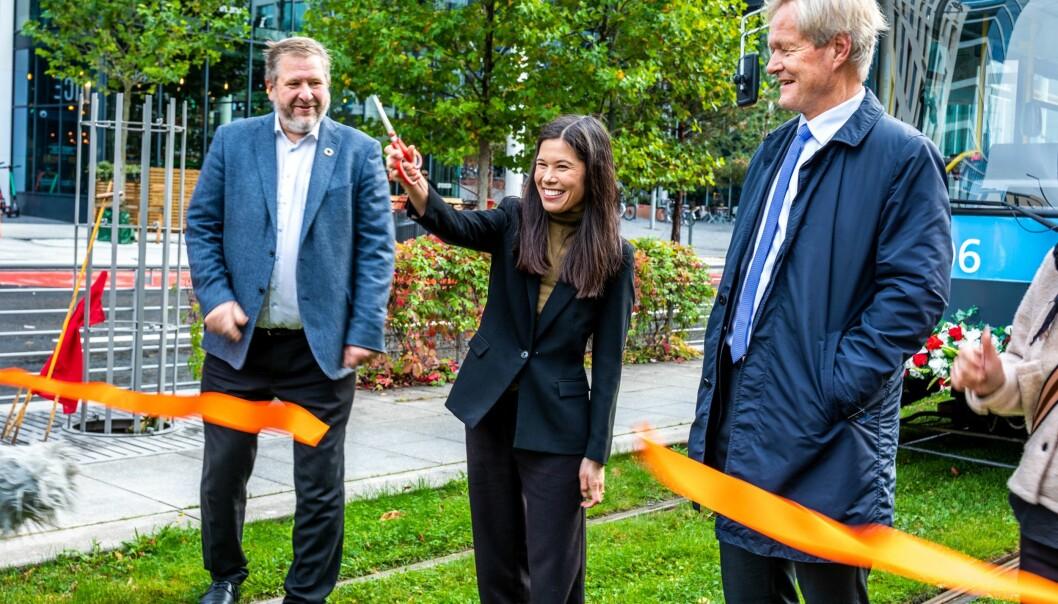 Her klipper byråd for miljø og samferdsel Lan Marie Berg, konsernsjef Cato Hellesjø i Sporveien og Bernt Reitan Jenssen i Ruter snoren for den nye traséen i Bjørvika og Dronning Eufemias gate.