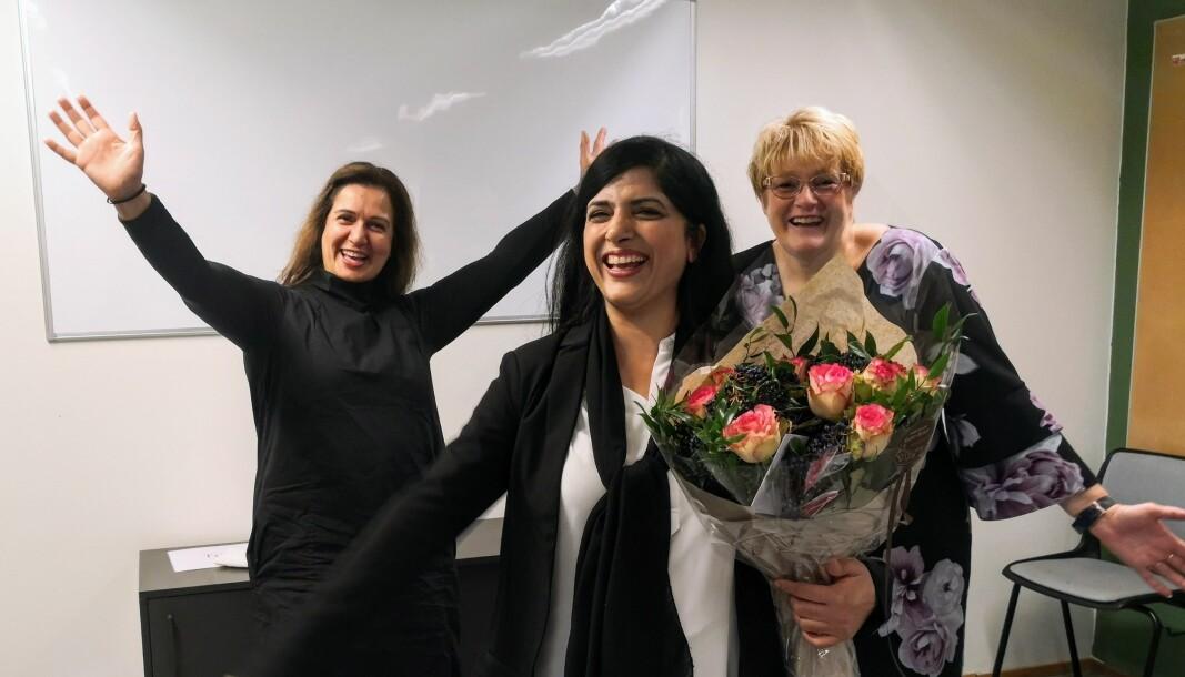 Stortingsrepresentant Trine Skei Grande (til høyre på bildet) og Tina Shagufta Munir Kornmo (til venstre på bildet) overleverte den god nyheten til Nasreen Begum fra Bydelsmødre onsdag morgen.