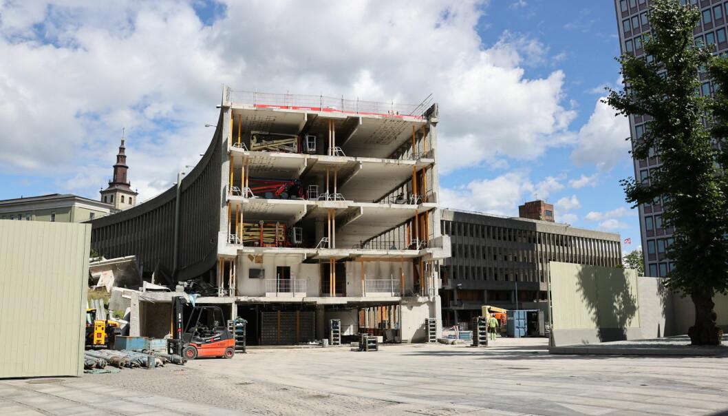 Slik så Y-blokka ut etter at Pablo Picassos og Carl Nesjars verk Fiskerne var fjernet fra fasaden. Nå er resten av blokka revet og etter planen skal byggingen av det nye regjeringskvartalet begynne neste år.