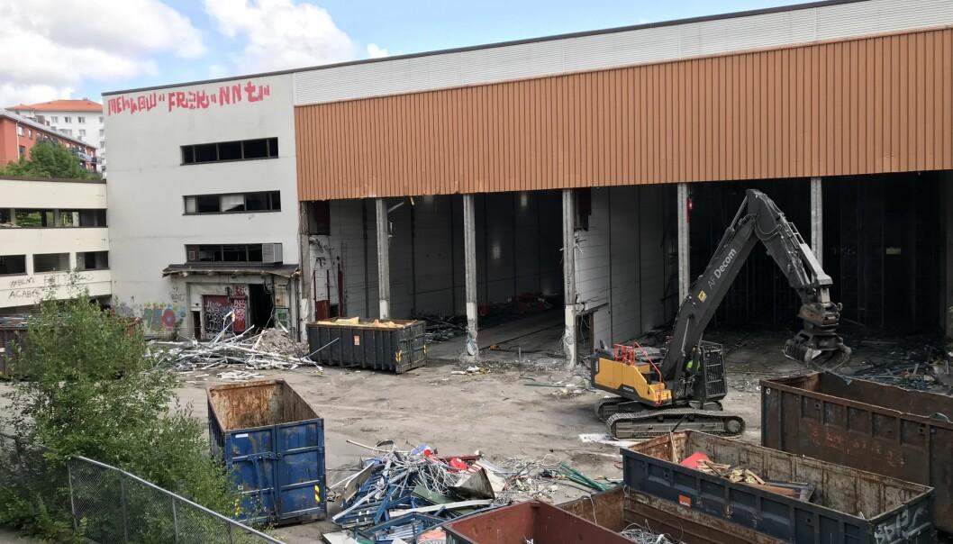 Det gamle lageret til Lilleborg fabrikker ved Akerselva er revet. Her skal en ny ungdomsskole i bydelen oppføres. Et av de populære navneforslagene til den nye skolen er Bentsebrua skole.