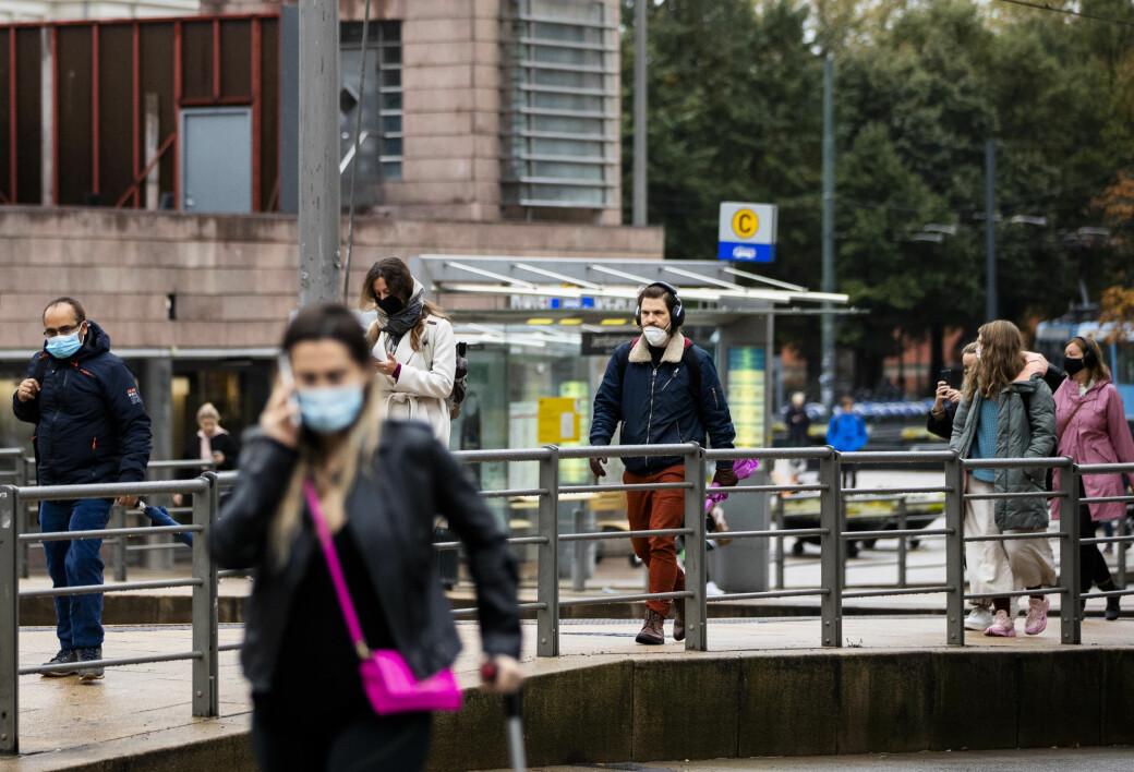 Folk haster over Jernbanetorget etter at byrådet for snart to uker siden innførte påbud om bruk av munnbind for alle reisende med kollektivtransport.