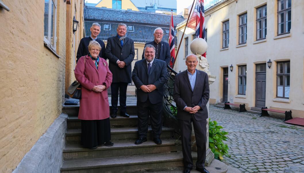 På bildet bakerst fra venstre: Asgeir Myhre, nestleder i Stiftelsen Den Gamle Krigsskole, Ole Rikard Høisæther, styreleder i Stiftelsen Den Gamle Krigsskole, Geir Sigbjørn Toskedal (Krf). Foran fra venstre: Trine Skei Grande (V), Morten Wold (FrP), Michael Tetzschner (H). De fire sistnevnte sitter i Utenriks- og forsvarskomitèen.
