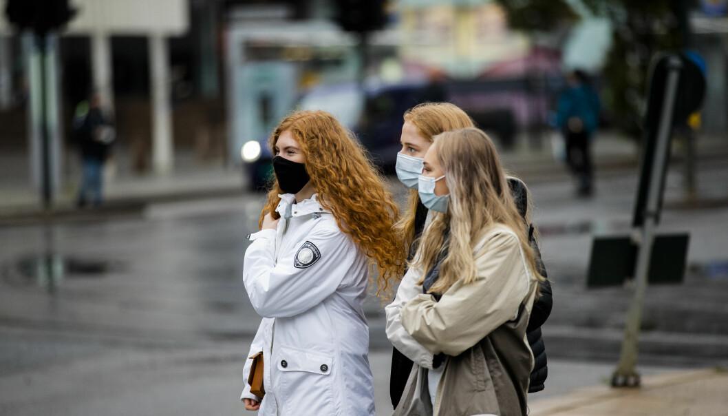 Folk med munnbind på Jernbanetorget i Oslo.