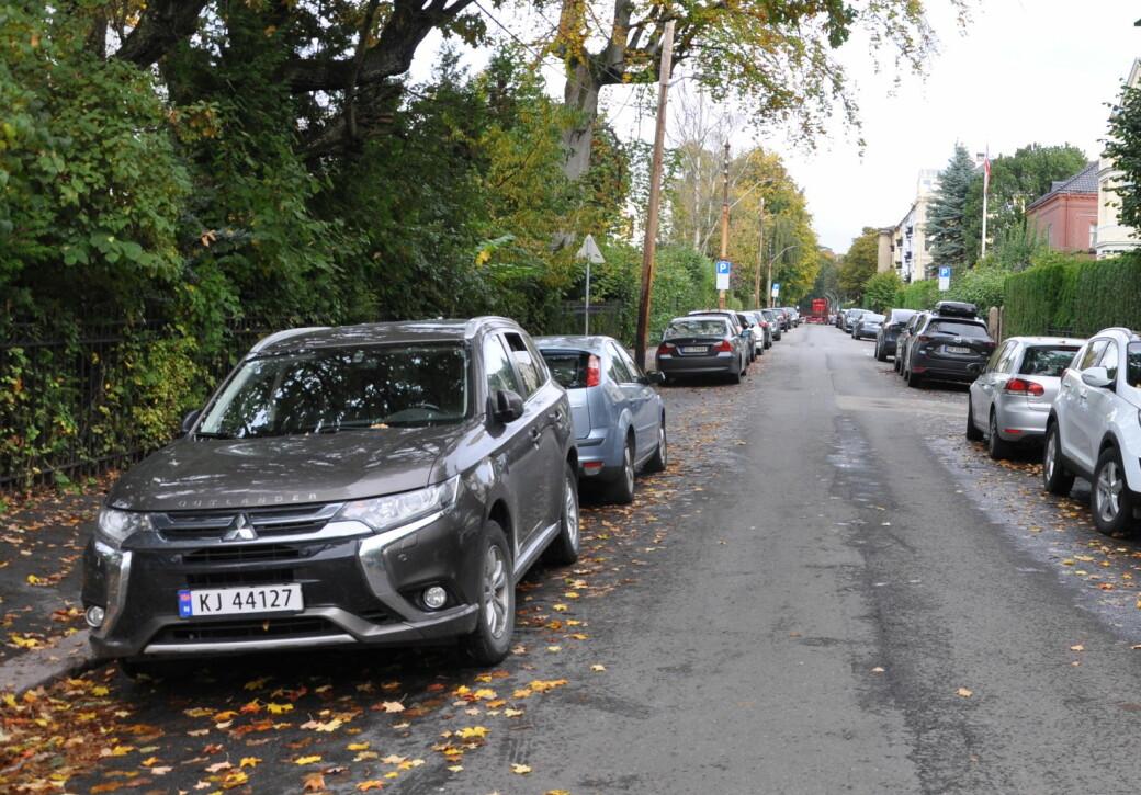 Hybridbilen foran til venstre må neste år trolig betale 5.400 kroner for beboerparkering. En elbil slipper unna med 900 kroner hvis byrådets forslag vedtas.