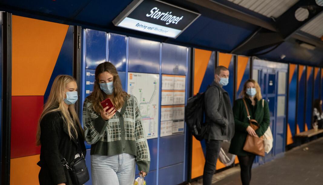 Påbud om bruk av munnbind i kollektivtrafikken gjelder på ubestemt tid.