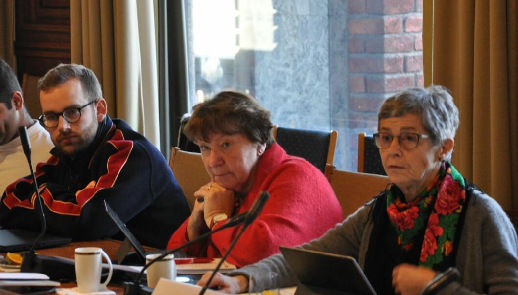 — Ansatte er ikke brikker en leker med, sier Rødts Maren Rismyhr (til h.) som sitter i bystyrets helse- og sosialutvalg med blant andre ordfører Marianne Borgen (SV).