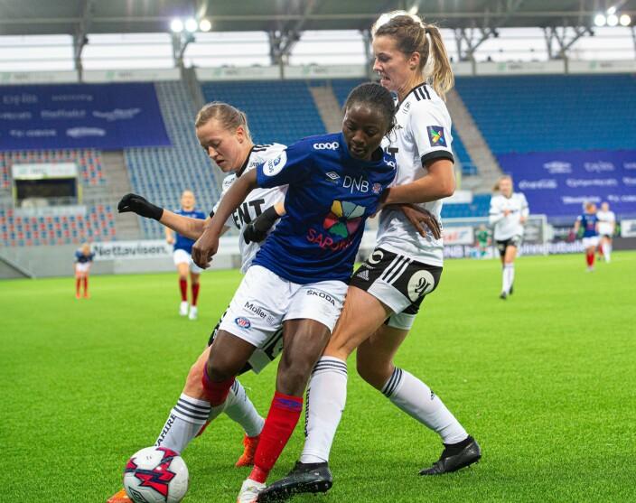 Vålerengas toppscorer Ajara Njoya ble godt passet på av Rosenborgforsvaret gjennom hele kampen.