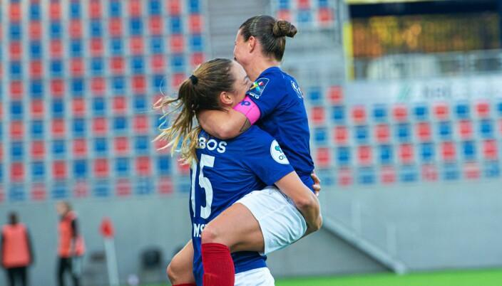 Målscorer Janni Thomsen gratuleres av kaptein Sherida Spitse etter det noe merkelige målet.