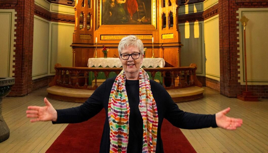 Norges og Sagenes første samlevende lesbiske prest, Siri Sunde, har gått av med pensjon. Hun mener vi fortsatt har en vei å gå for at skeive skal føle seg trygge og velkomne i kirka.