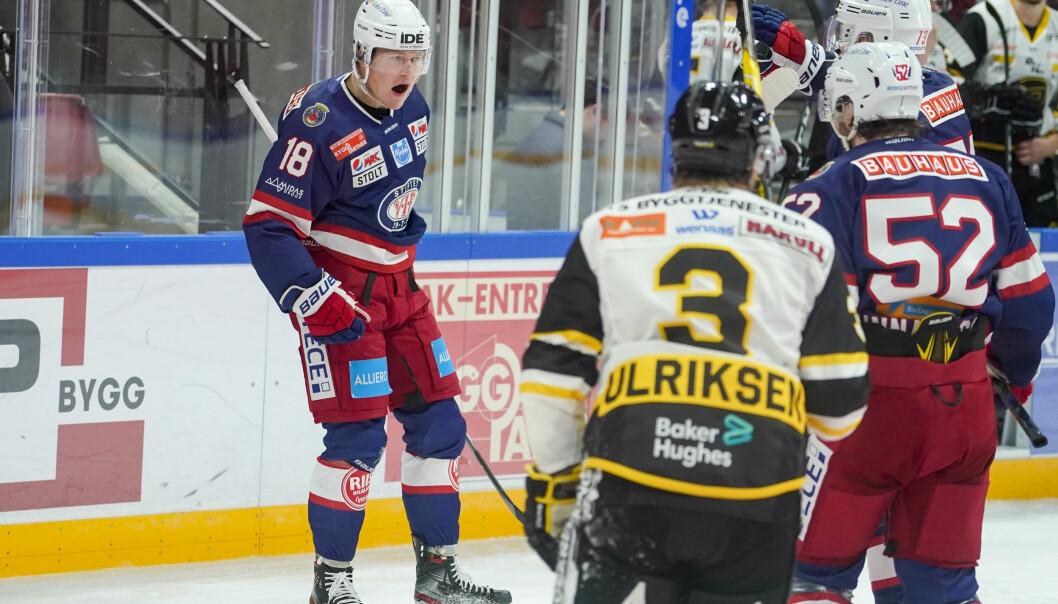 Thomas Olsen jubler etter scoring i eliteseriekampen i ishockey mellom Vålerenga og Stavanger Oilers.