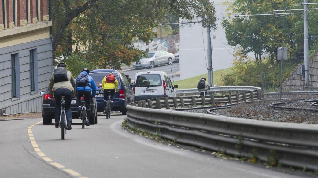 Syklister og biler nedover Kongsveien mot Gamlebyen.