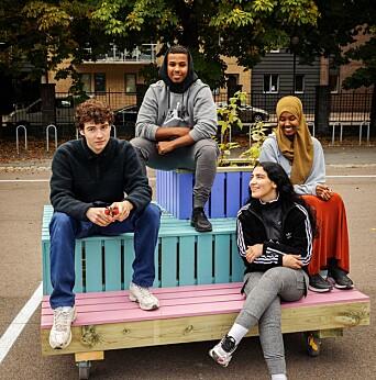 Julian Brito Benestad, Ali Abdirashid Muhumud, Josra Talhioui og Sumaya Ali Isse er svært fornøyd med de egensnekrede møblene til skolegården.
