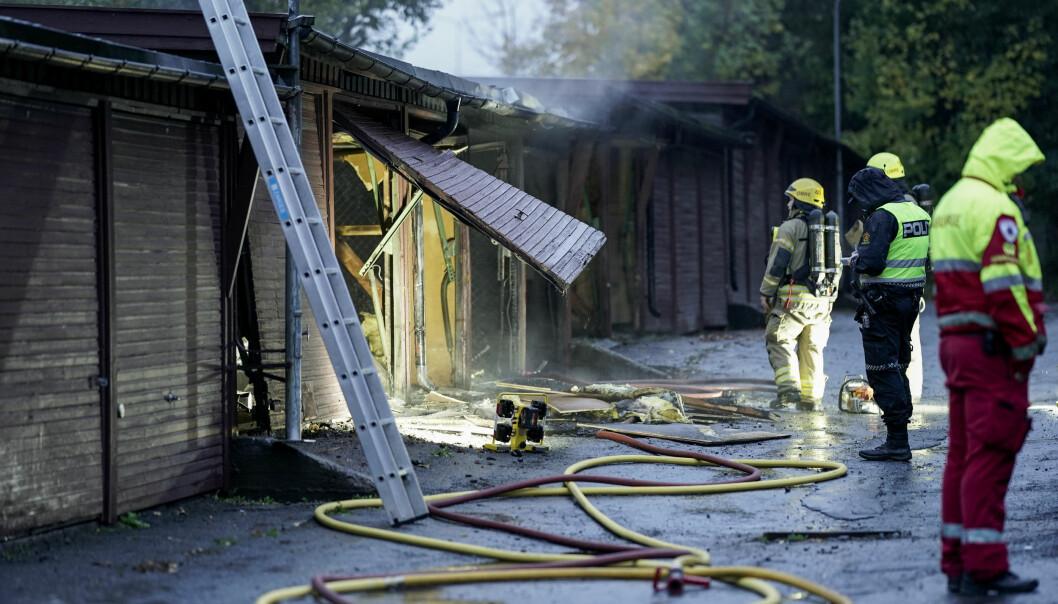 Brannvesenet jobber med å slukke brann i et garasjeanlegg på Manglerud.