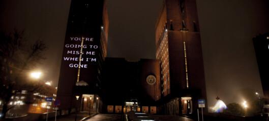 Kunstnere viste stort klimakunstverk på Rådhusveggen