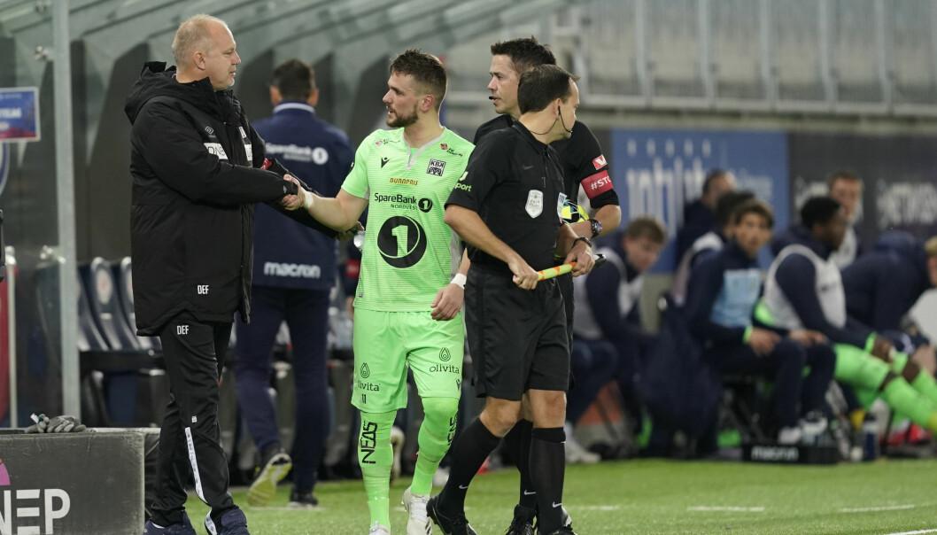 """Flamur Kastrati tar Dag-Eilev Fagermo i hånden. Søndag kveld går Kristiansund ut med pressemelding der klubben sier ordbruken """"jævla soper"""" får konsekvenser for Kastrati."""