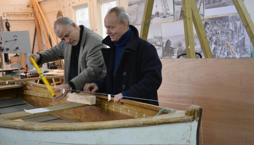 En gammel robåt av typen «Lyngørputt» måles opp, og blir utgangspunkt for båtene som skal bygges på kurs i havneskuret i vinter.