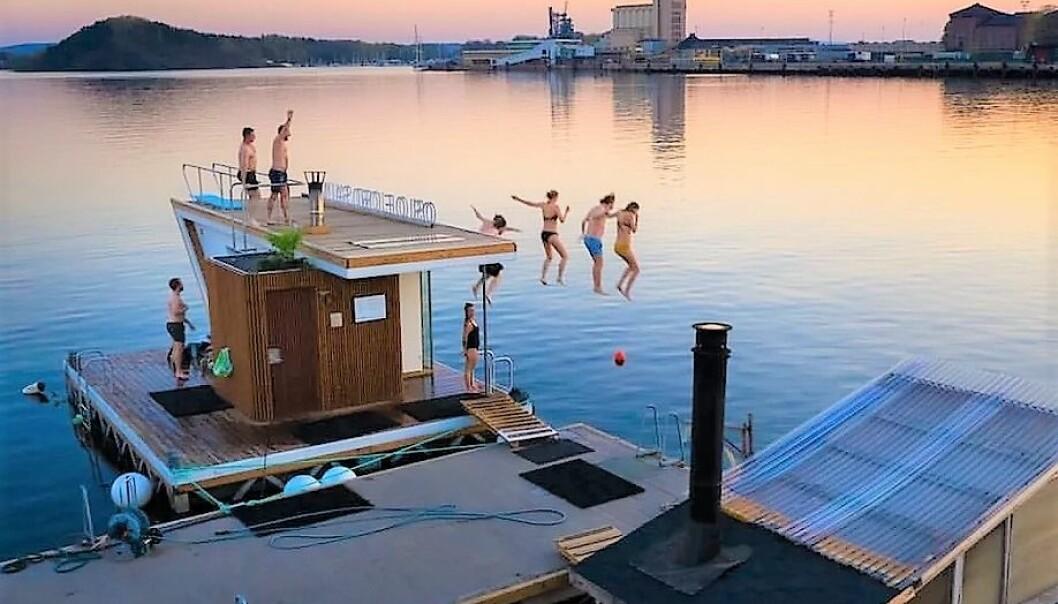 Fra nyttår har ikke de flytende badstuene til Oslo badstuforening noe fast tilholdssted. I dag ligger de ved operastranda i Bjørvika.