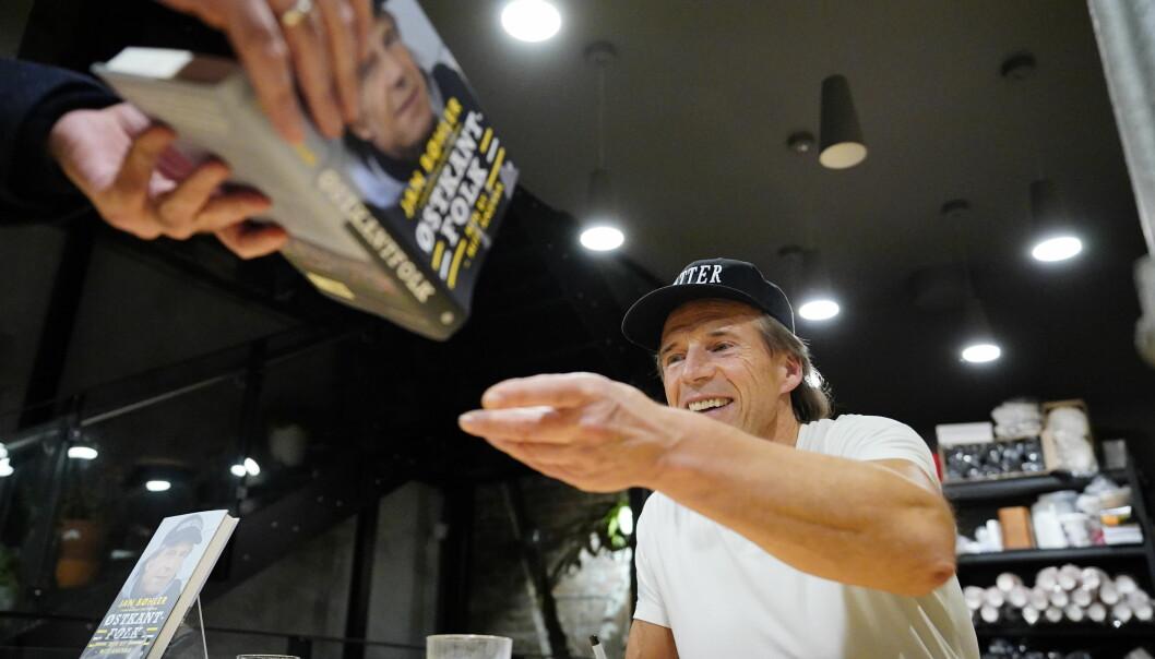 Investoren Jan Petter Sissener har kjøpt 337 eksemplarer av Jan Bøhlers bok «Østkantfolk» for å dele dem ut i gave til politikere på Stortinget og i Oslo.