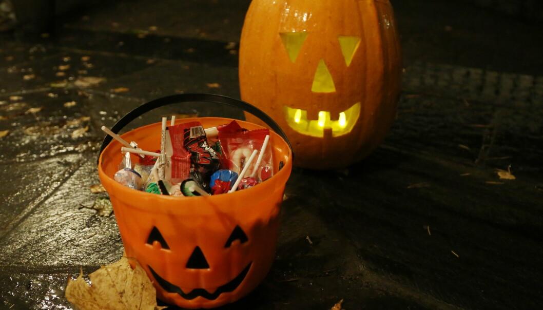 Oslo kommune og Folkehelseinstituttet anbefaler alle å ikke dele ut noe annet enn innpakket godteri.