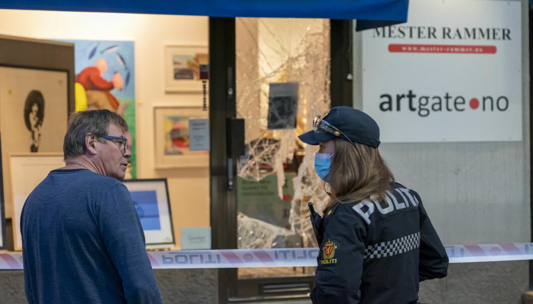 Gallerieier Georg Uhlmann snakker med politiet etter at to personer brøt seg inn i galleri Artgate fredag morgen.
