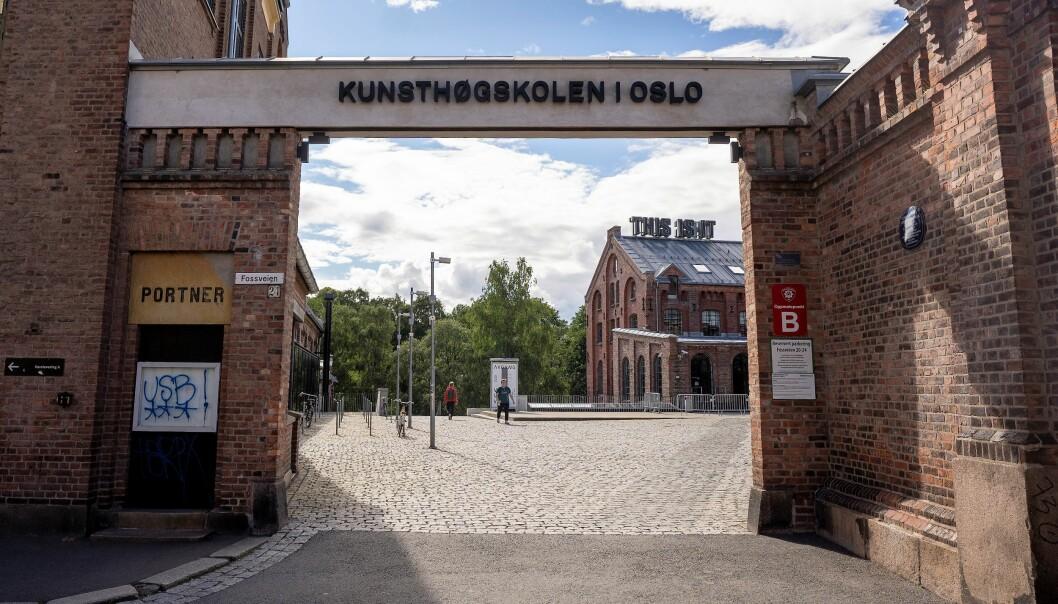 Kunsthøgskolen i Oslo har slitt med en vanskelig debatt rundt identitetspolitikk og rasisme. Nå trekker rektor Måns Wrange seg.