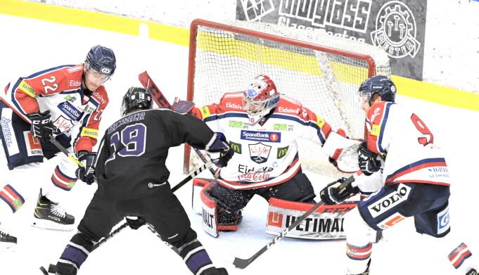 Grüner skapte muligheter i overtallsspil, men pucken ville ikke inn. Her er det Christoffer Larssen Berger som stoppes av Narvik-keeper Joona Partanen.