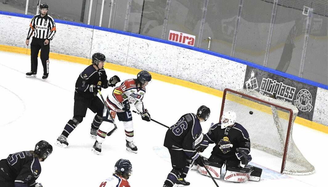 Grüner-gutta hadde lite å stille opp med hjemme mot Lillehammer lørdag. Her scorer Julius Persson gjestenes første mål for kvelden bak Grüner-keeper Jesper Ekeberg.