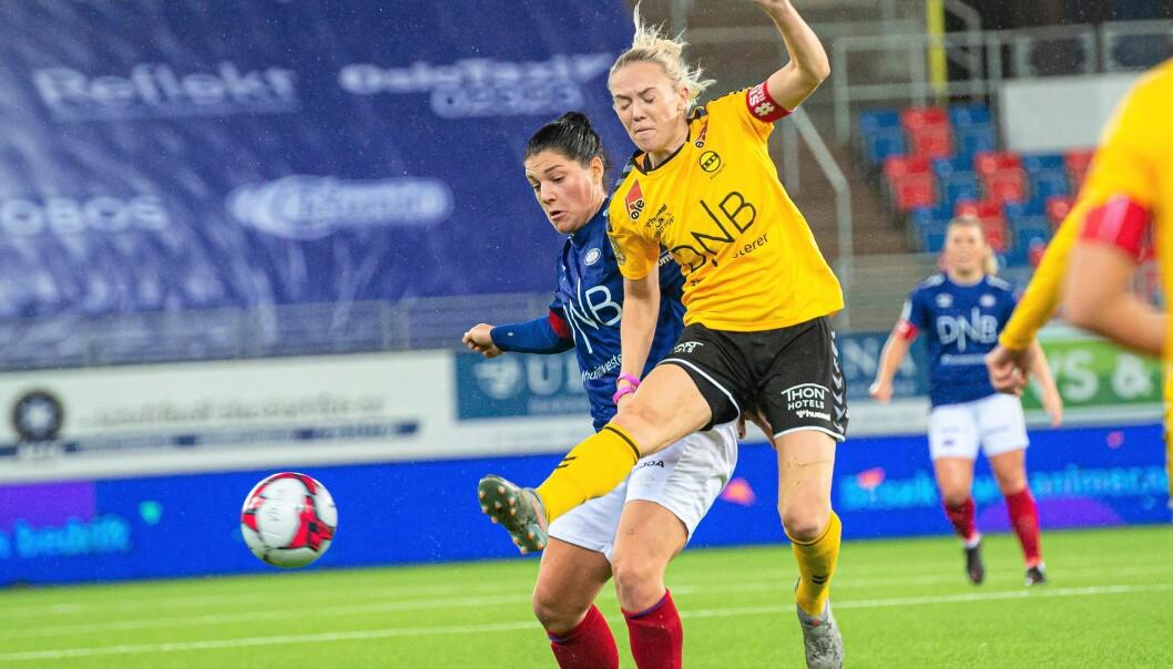Det er ingen kjærlighet mellom erkerivalene Vålerenga og Lillestrøm. Her er det Vålerengas Dejana Stefanovic som går hardt til mot en Lillestrøm-spiller.
