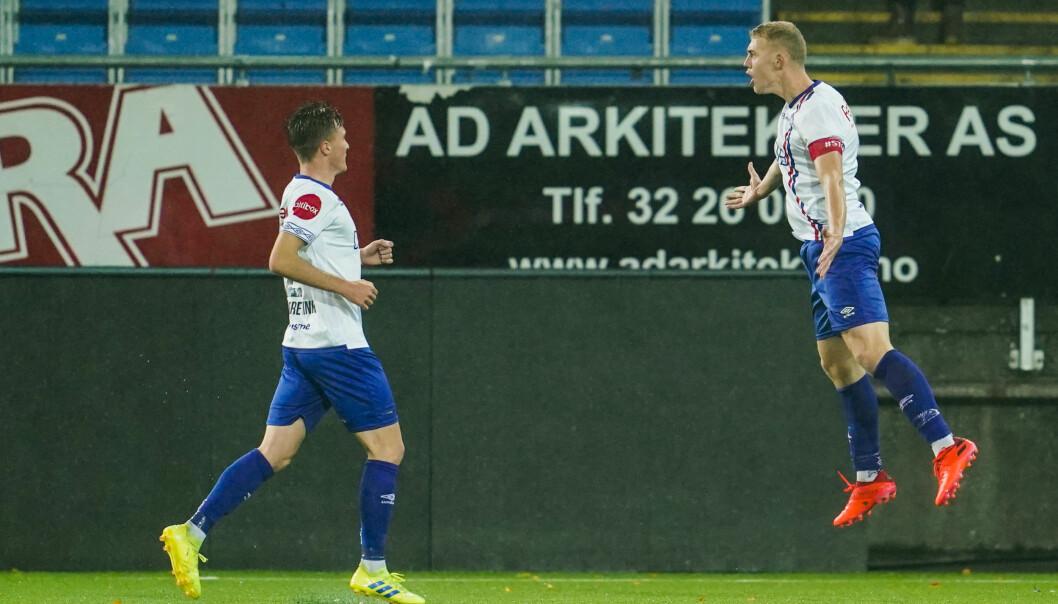 Vålerengas Henrik Bjørdal jubler for 1-0 mot Strømsgodset. Mannen bak 2-0 er Christian Dahle Borchgrevink til venstre.