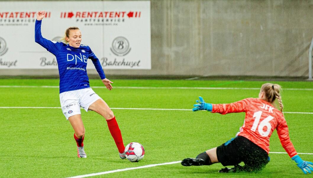 Midtbanespiller Synne Jensen i slaget mot Klaksvik.