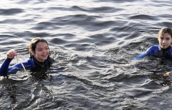 Anna og Emma (12) fikk et iskaldt møte med havnebassenget da Oslo badstuforening inviterte til gratis svømmeopplæring