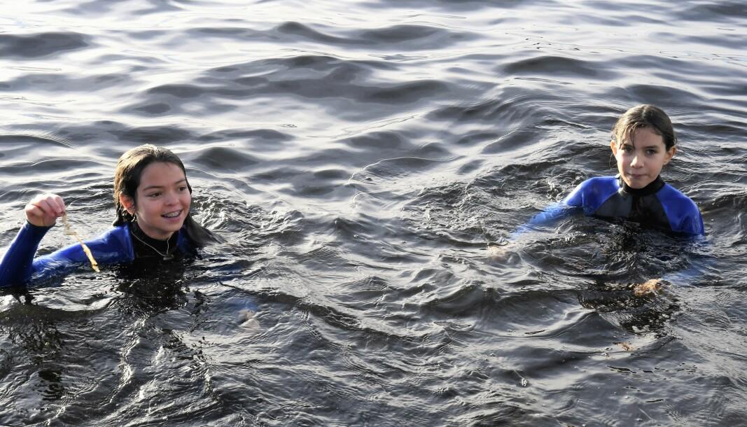 12-åringene Emma Palacios Sandaker (t.v) og Anna Dracapolo mener det er viktig å lære seg å svømme tidlig. Torsdag fikk de svømmetrening i havnebassenget.