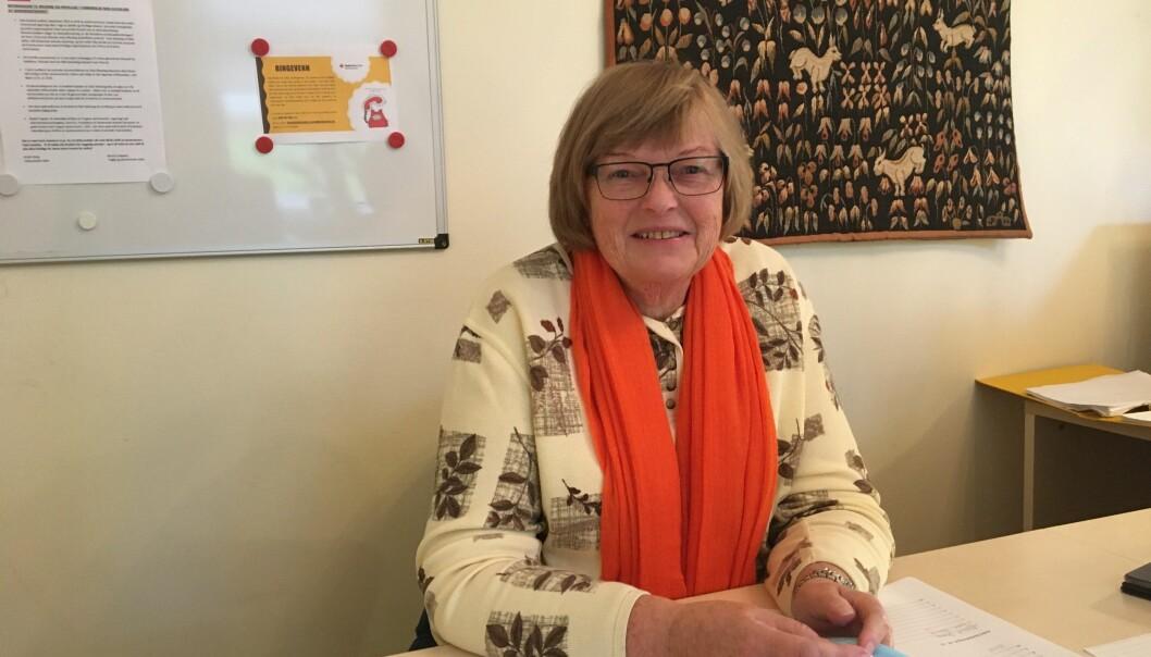 Solveig Juvkam er frivillig ved seniorsenteret og tar imot og sier hei til alle som kommer.