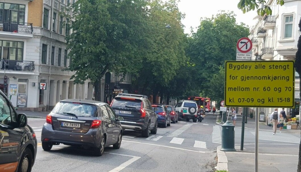 Bilister ga blaffen i gjennomkjøringsforbudet fra Thomas Heftyes gate til Olav Kyrres plass. Samtidig sto bussene i kø vestover etter at kollektivfeltet ble erstattet med sykkelfelt.