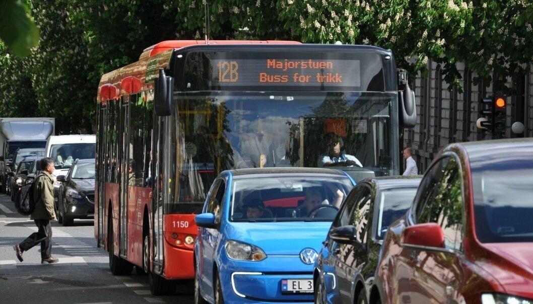 Buss i kø ved krysset Frederik Stangs gate og Bygdøy allé. Her blir sykkelvei beholdt og kollektivfeltet ikke gjeninnført.