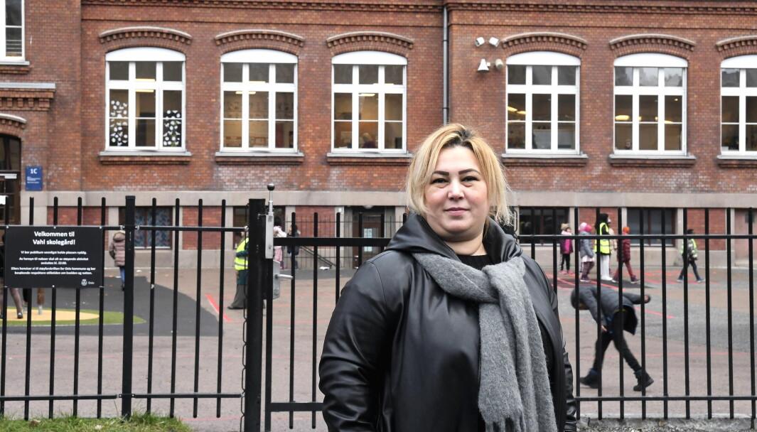 Leder for foreldreutvalget på Vahl skole, Amira Cherni, er bekymret for at stadig flere foreldre tar ungene sine ut av skolen og flytter dem til andre skoler.