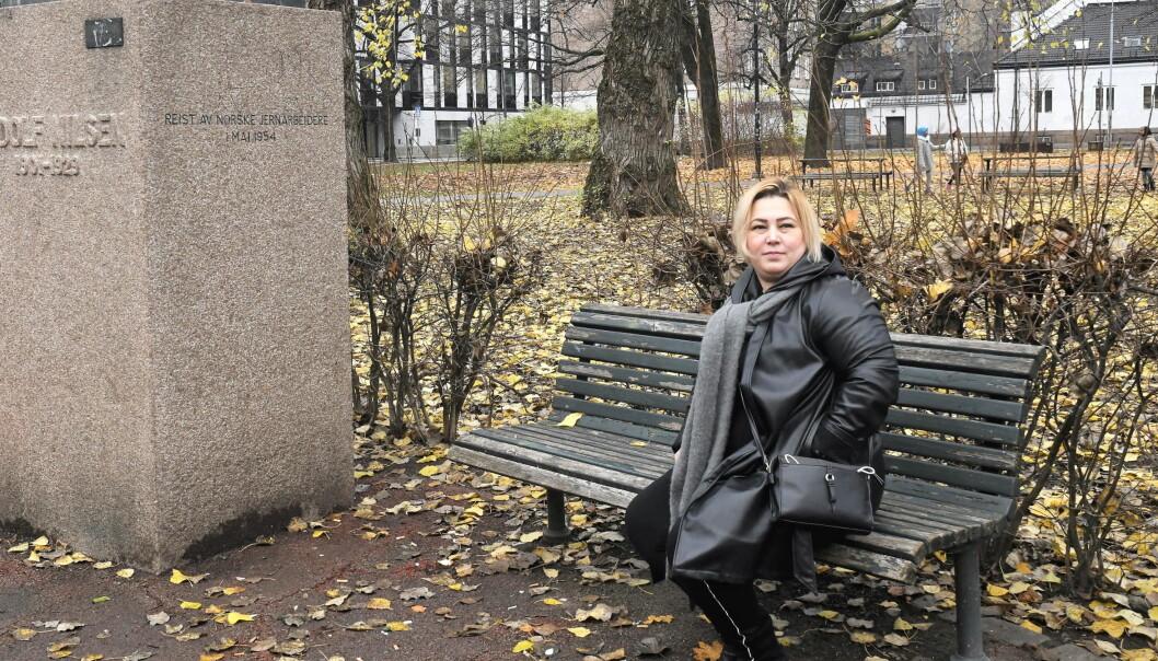 — Denne benken på Rudolf Nilsens plass brukes fast av rusmisbrukere i området, forteller Amira Cherni.