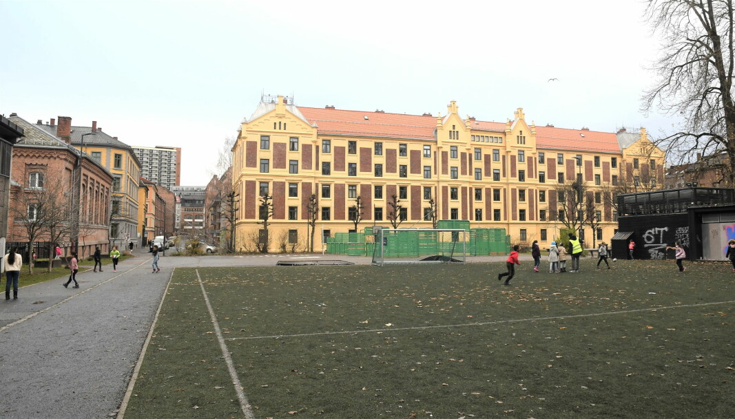 Vahl skoles plassering midt i bybildet gjør at skolen sliter med utfordringer i nærmiljøet.