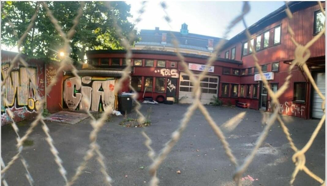 Dette er Vogts gate 26 - tomta Foreldrenes arbeidsutvalg ved Sagene skole kjemper for at skal bli en del av den nåværende skolegården. Eiendommen er kjøpt opp av eiendomsutviklingsselskapet Aase, som er i gang med planer for å realisere et nytt boligkompleks her.