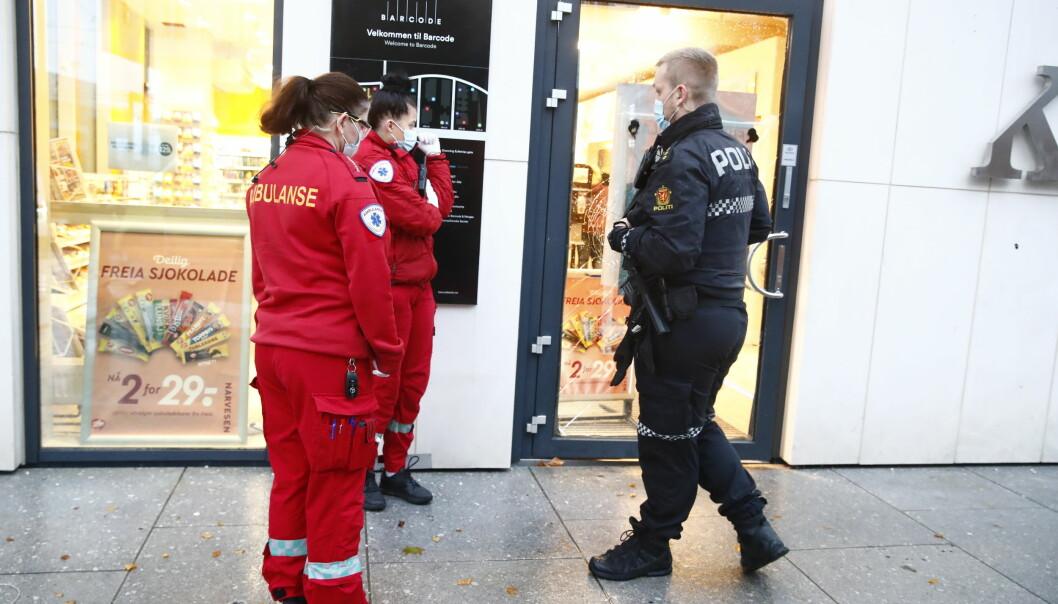 Ambulansepersonell og politi på plass ved kiosken som ble ranet i Dronning Eufemias gate i ettermiddag.
