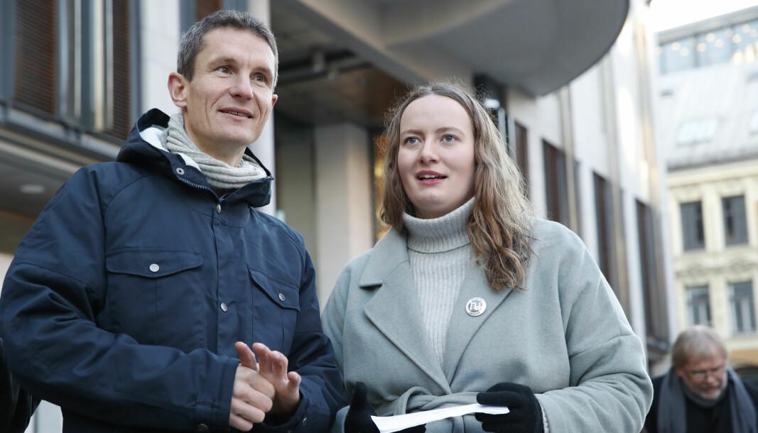 Truls Gulowsen (t.v), sto fra starten av i spissen for klimasøksmålet. Nå vil han inn på Stortinget. Her sammen med Ingrid Skjoldvær, tidligere leder i Natur og Ungdom, utenfor Oslo Tinghus.