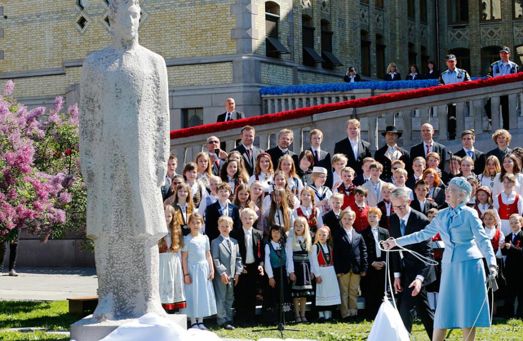 Dronning Margrethe avduker statuen av Kong Christian Frederik, foran Stortinget.