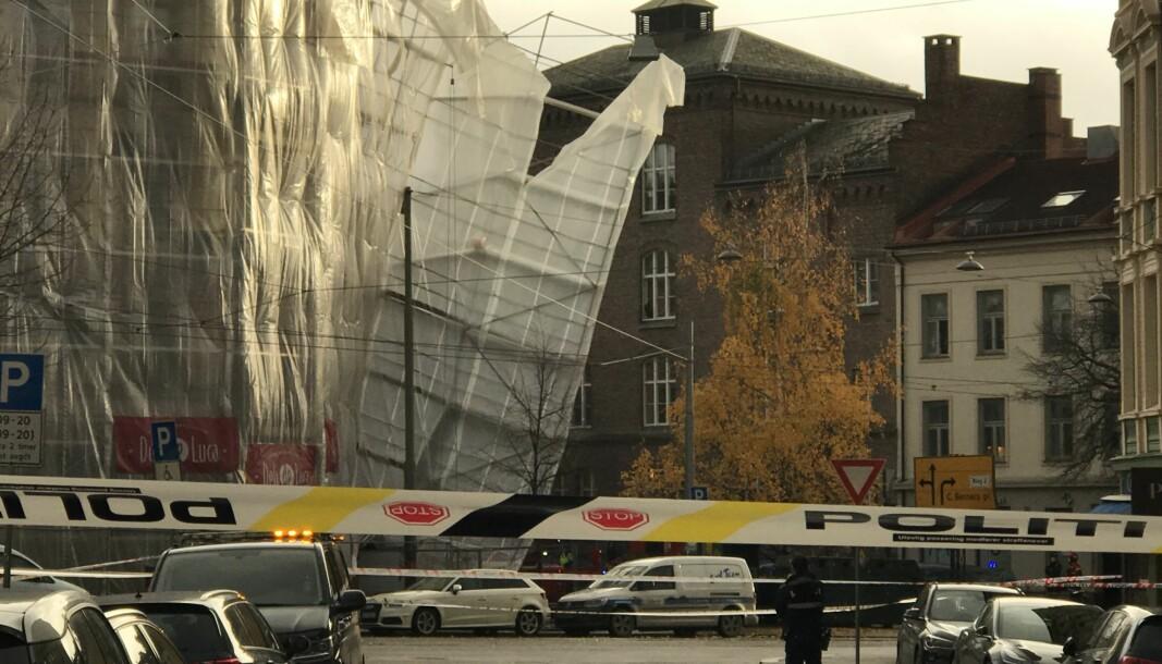 Hjørnegården i Vogts gate 45 var innhyllet i plastpresenning rundt fasadestillaset som løsnet i kraftig vind onsdag ettermiddag.